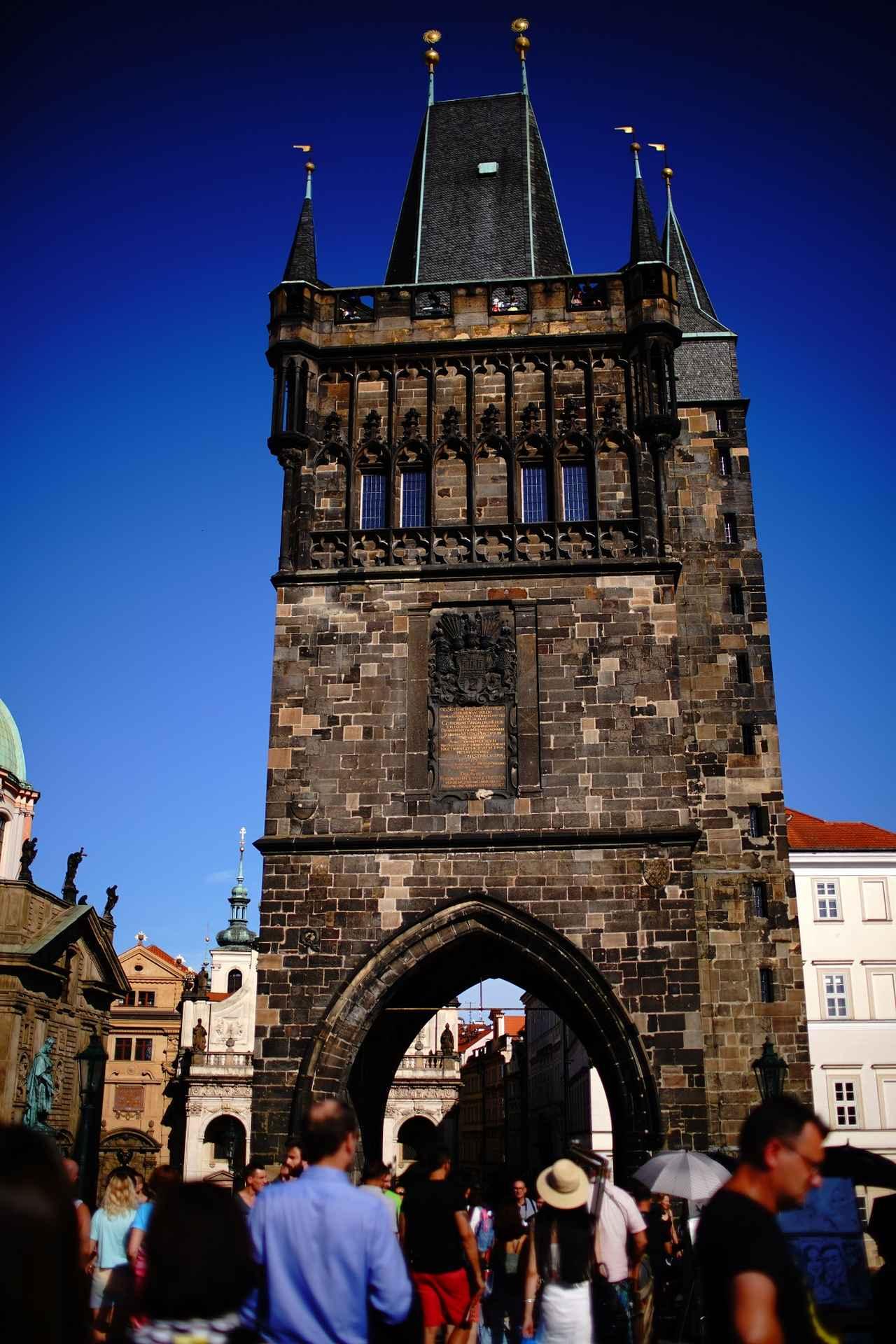 画像: ヴルダヴァ川にかかるプラハ最古の石橋「カレル橋」はいつも観光客でにぎわっている