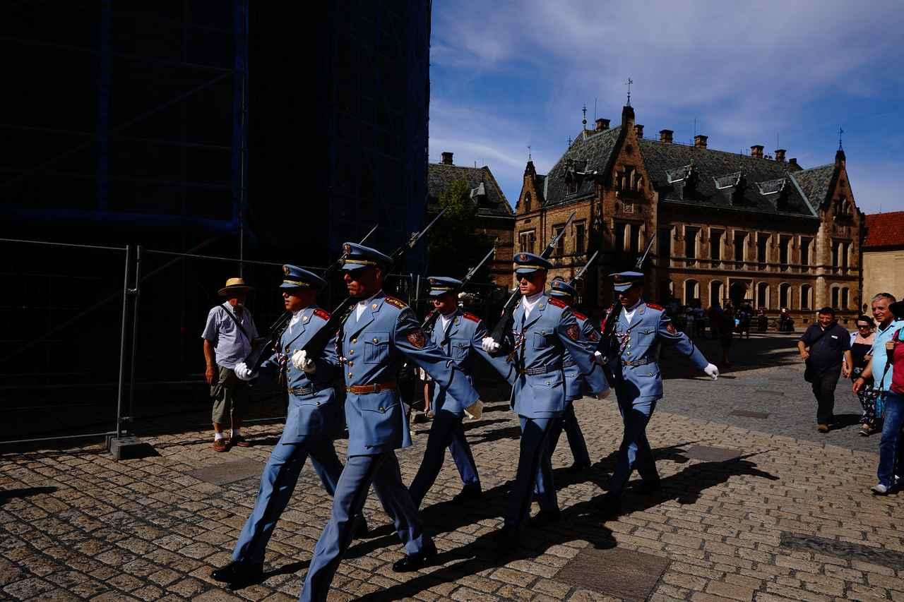 画像: プラハ城で行われる衛兵交代の儀式も観光客に人気