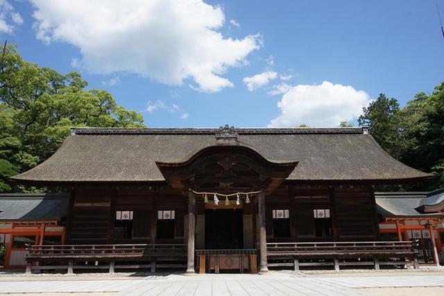画像: 「神の島」とも言われる。樹齢約2600年の神木が境内に鎮座する「大山祇神社」は有名