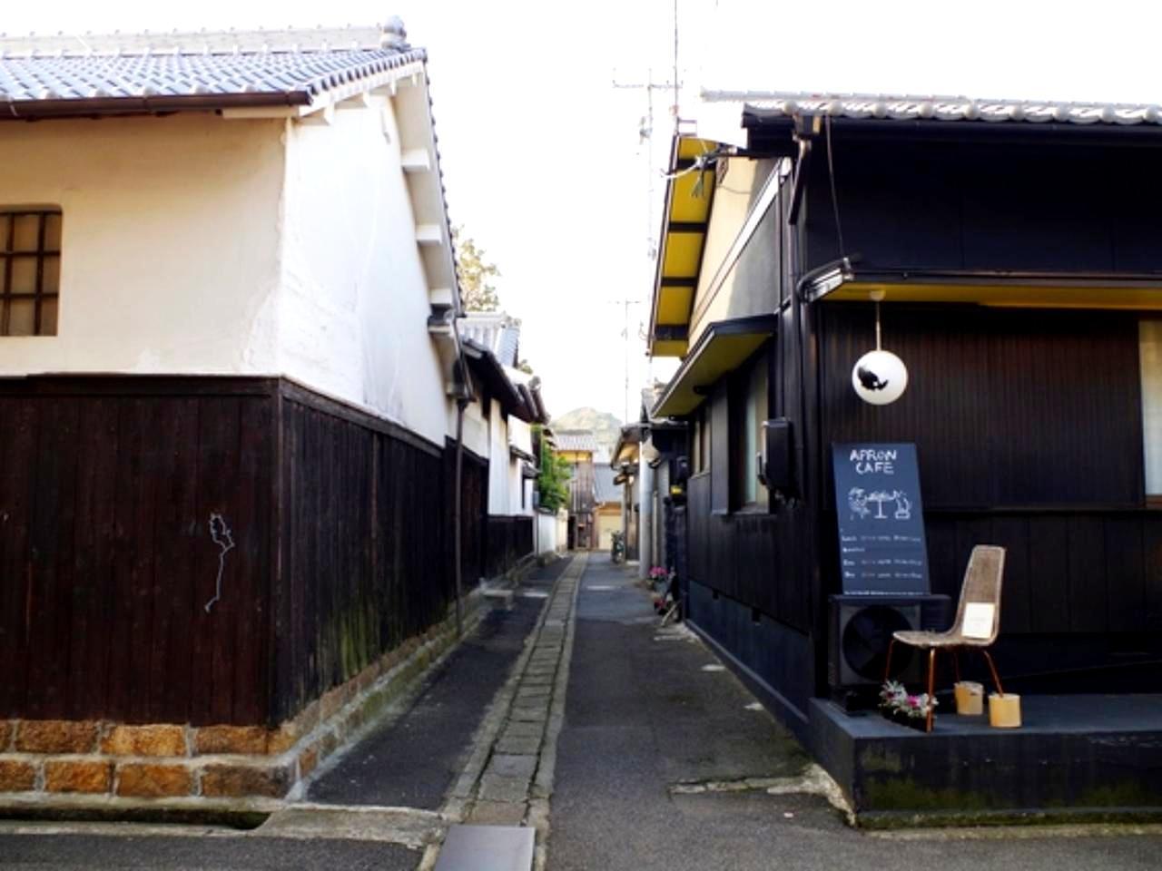 画像: ノスタルジックな街並み。古民家を利用した洒落たカフェも多くある