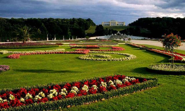 画像: シェーンブルン宮殿を中心に広がる庭園。宮殿とともに世界遺産(©ANTO-Diejun)
