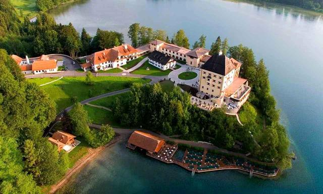 画像: 湖畔に建つ「ホテル シュロス フシュル」に宿泊(©Schloss Fuschl Resort)