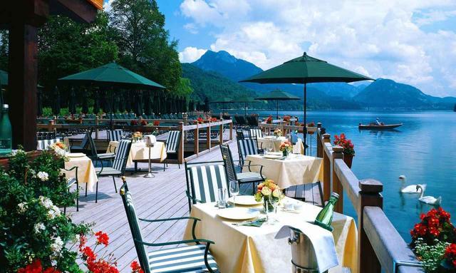画像: ホテルの湖上レストラン