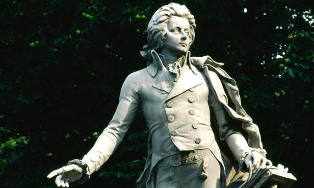 画像: モーツァルト像。かつて皇室専用だったブルク庭園のなかに建てられています。緑豊かな園内、今は市民の憩いの場(©Hans Wiesenhofer)