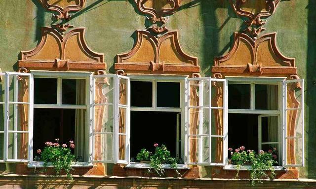画像: ザルツブルクにあるモーツァルトの生家。修復され、現在はミュージアムとして幼少期のピアノを始め、楽器、譜面などモーツァルト縁のアイテムを見学することができます(©ANTO-Herzberger)