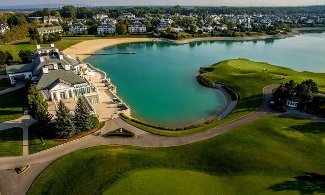画像: 18番グリーンはクラブハウス正面にある半島型