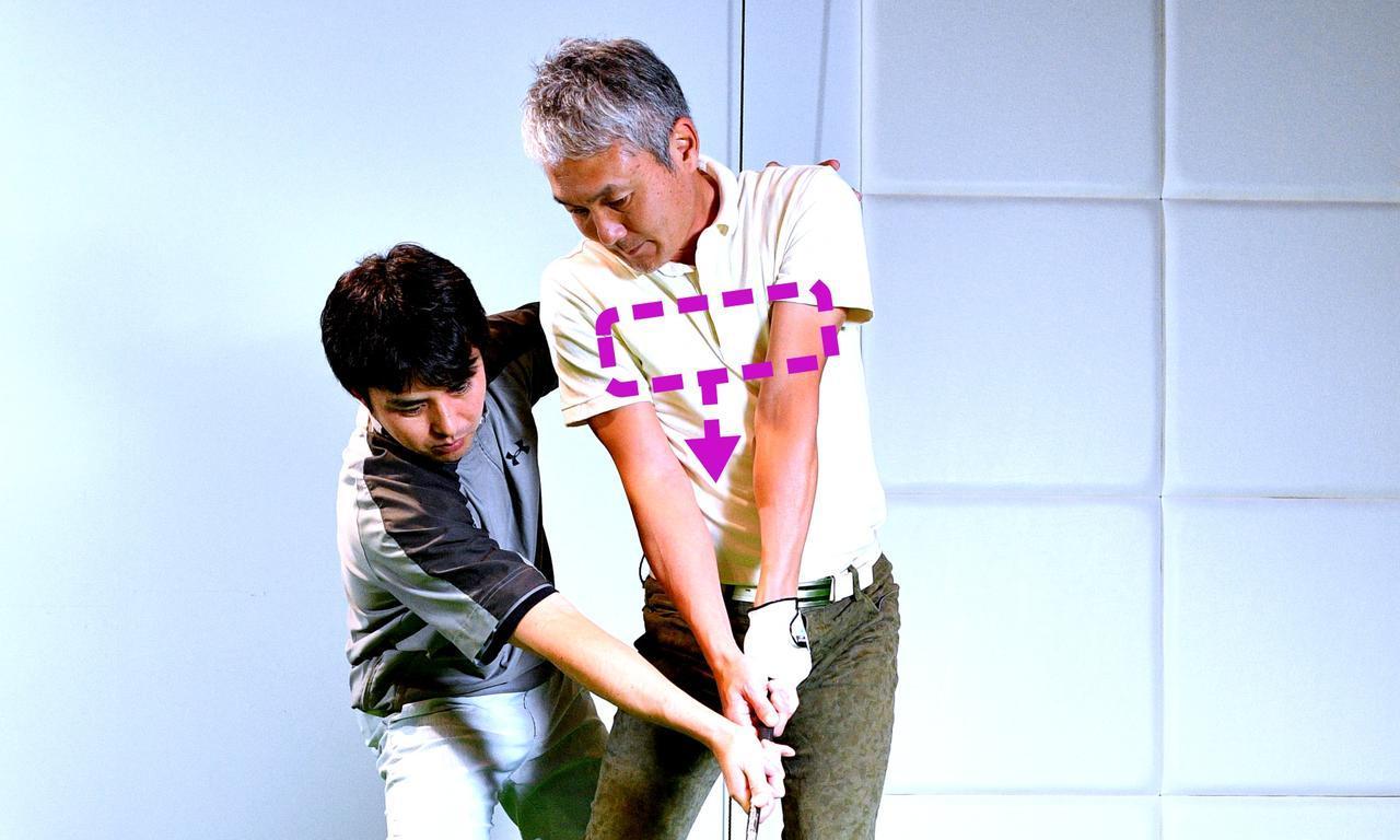 画像: 【腕と体を同調させるドリル】タオルを両わきに挟んでスウィング