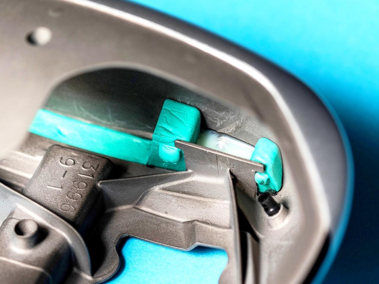 画像: 緑色の枠組みのなかに見える樹脂が、反発係数を調整するテーラーメイドの新技術