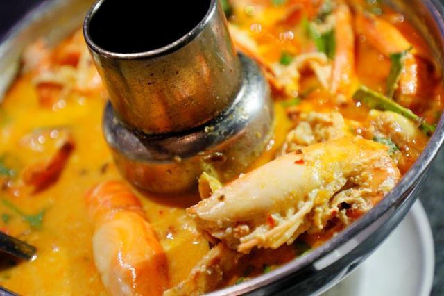 画像: タイ料理の定番「トムヤムクン」はパタヤでも名物料理。辛いものが苦手なら「ノースパイシー」と言えば辛味を抑えてくれる。(シーフードレストラン ムンアロイ)