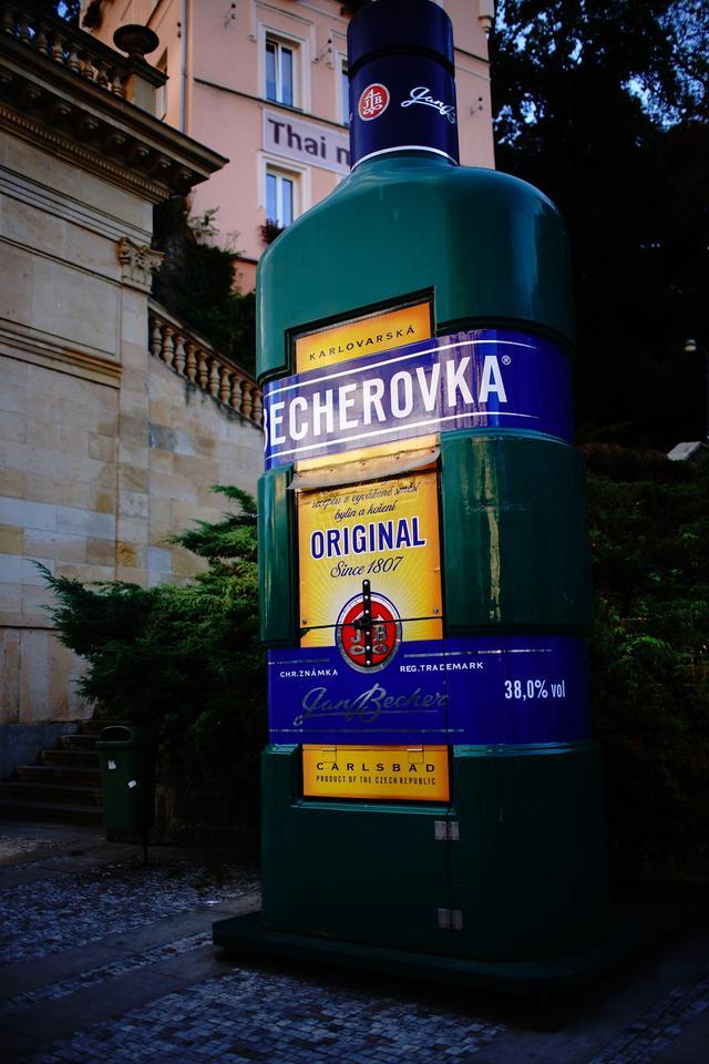 画像: カルロヴィ・ヴァリのもう一つの名物「ベヘロフカ」のオブジェ。この薬草酒はチェコの定番みやげ。