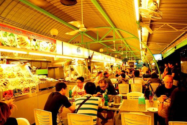 画像: セントラルマリーナは多くのショップが入ったショッピングモール。フードコートはローカルにもビジターにも大人気