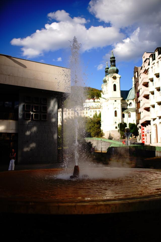 画像: 間欠泉コロナーダでは地下約2キロのところから1日300万リットルの温泉水が噴き上げる。