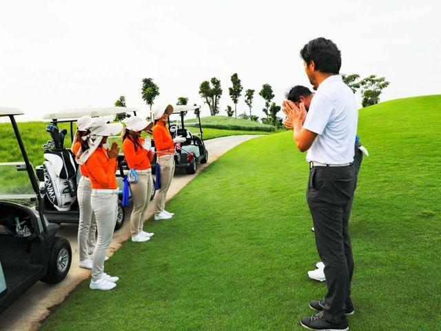 画像: 1プレーヤーに1キャディがタイゴルフ。教育もしっかり行き届いています