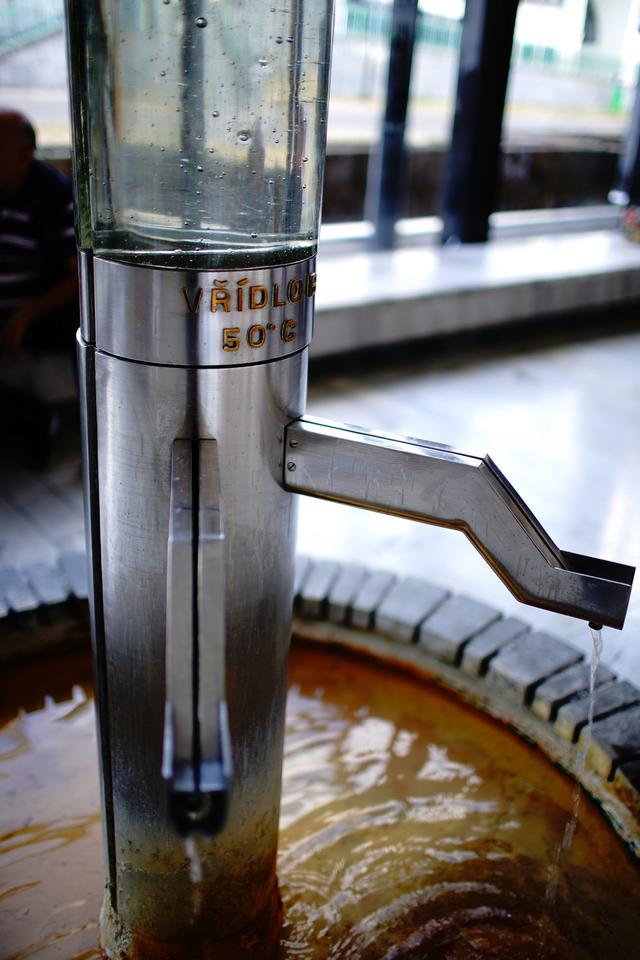 画像: 湯治客や一般に人々が温泉水を飲めるように設置されたコロナーダは15か所あり、異なる温度と泉質の温泉が味わえる。