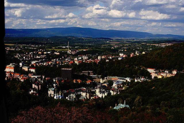 画像: 森に覆われた美しい谷あいの街・カルロヴィ・ヴァリは国内有数のラグジュアリーなスパリゾート。