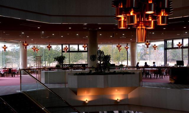 画像: クラブハウスの2階にレストラン。コースを見渡せる