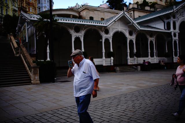 画像: 持ち手が飲み口になっている飲泉カップを片手に街をぶらぶら、がカルロヴィ・ヴァリ流。