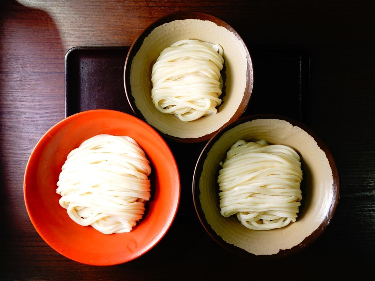 画像: 1玉の小、1.5玉の中、2玉の大。女性や軽くサラリと行きたいなら小がいいが、大で「味変」を楽しむのもおすすめ。麺は毎朝打つという