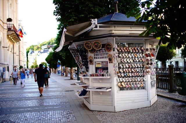 画像: 売店では様々な種類の「飲泉用カップ」が売られいる。旅の記念にいかが!?