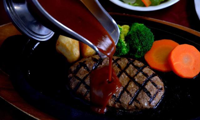 画像: 黒毛和牛ハンバーグが1番人気。デミグラ・にんにく醤油・ポン酢おろしのタレを選ぶ(1700円+税)