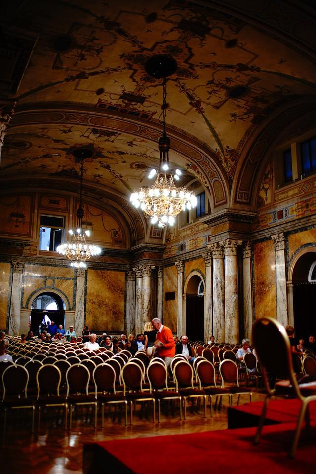 画像: 歴史ある重厚で華やかなホテル内のホールでは演奏会が行われ、宿泊者は自由に見ることができる。