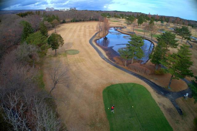 画像: 白ティから200ヤード付近で右に曲がっていく。風は左から吹くので、右に打つと池のほうに流される