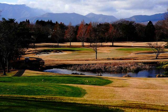 画像: 遠くに那須連山、見晴らしは最高だが、距離感が難しい。7番は右グリーン