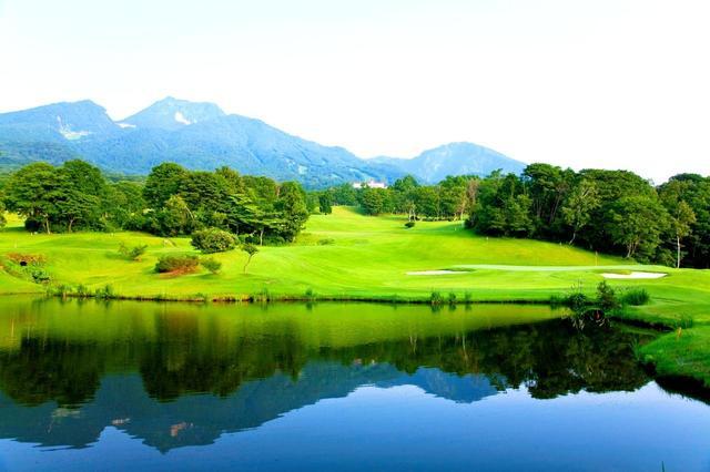 画像: 13番ホール(145ヤード パー3)池と遠方の山脈が美しい。グリーン周りには3つのバンカー