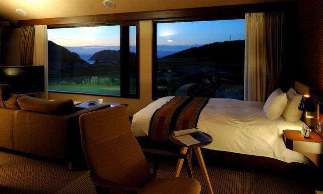 画像: 夏泊崎を一望。プレミアムルーム(オプションで宿泊可能です)