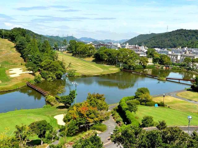 画像: クラブハウスから見えるコースと姫路市青山の風景