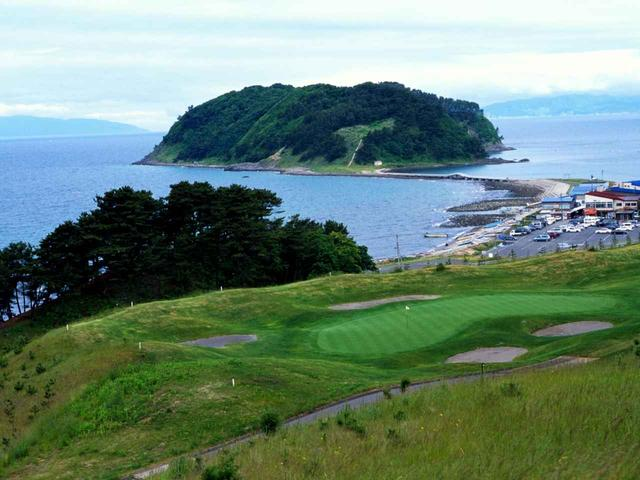 画像: 17番 198Y P3  グリーンはL字型。夏泊崎、大島の眺め