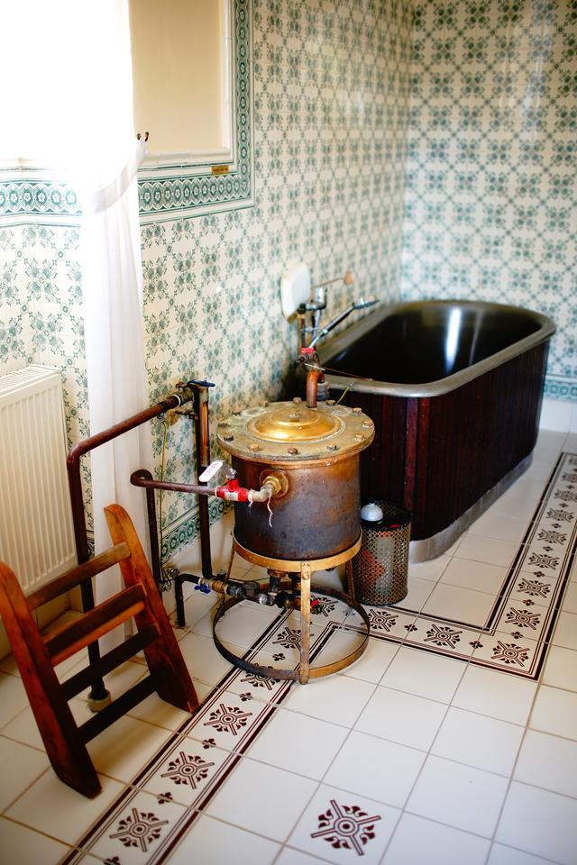 画像: エドワード7世が使用したミネラル風呂がある専用の施術室。