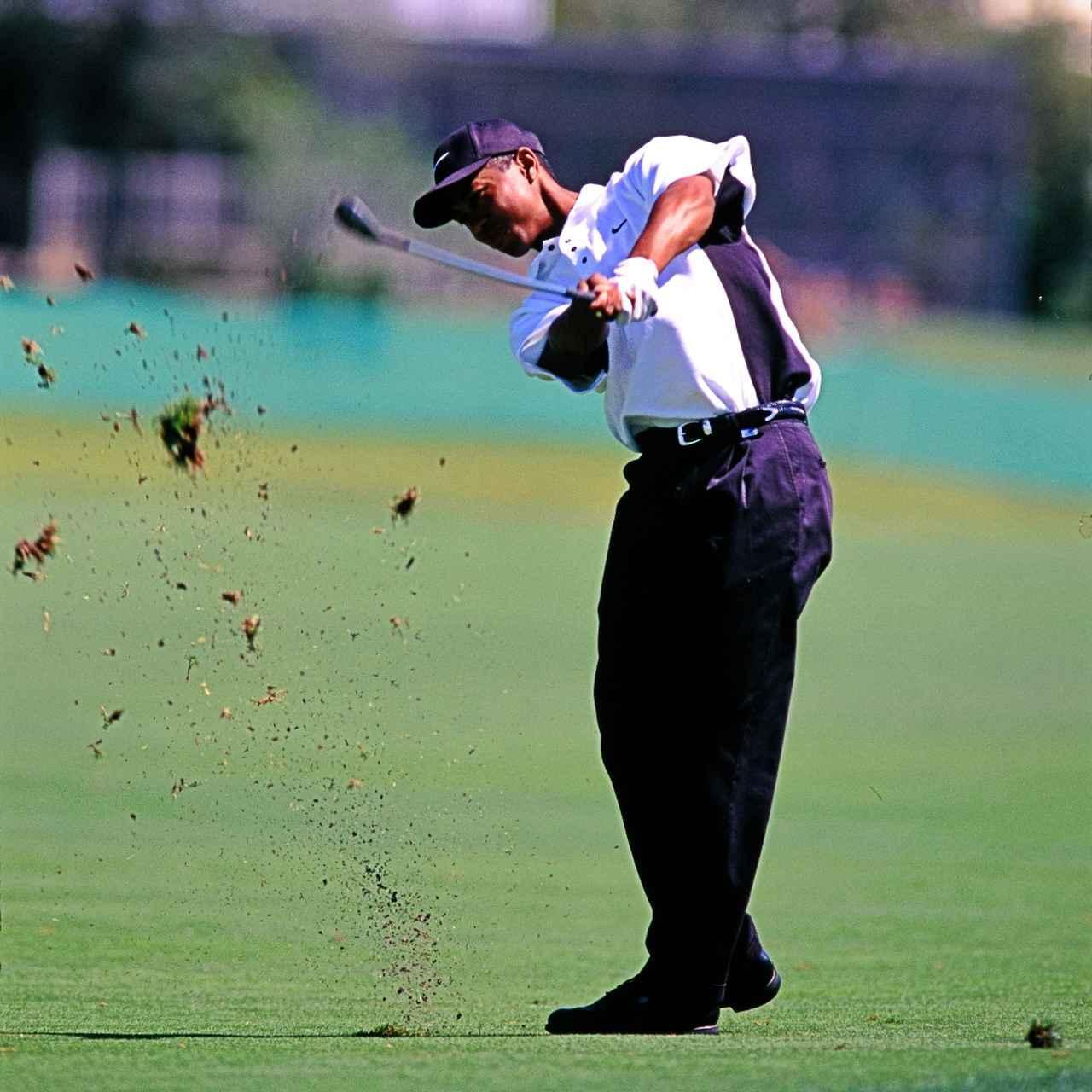 画像: 狭めのスタンスで球を右に置き、フィニッシュを抑えて低い球を打つ。「スティンガー(地対空ミサイル)」と呼ばれるショットはタイガーの得意技
