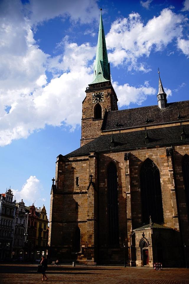 画像: 広場中央に建つ、ゴシック様式の聖バルトロムネイ大聖堂。14世紀に完成