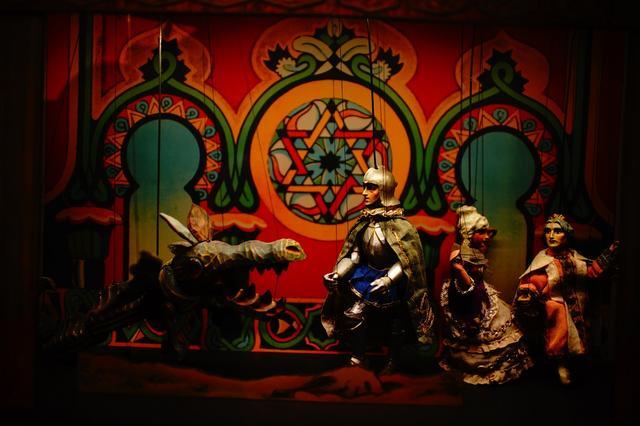 画像: 人形劇博物館では、人形劇の歴史と精巧に造られた古い人形が展示されている