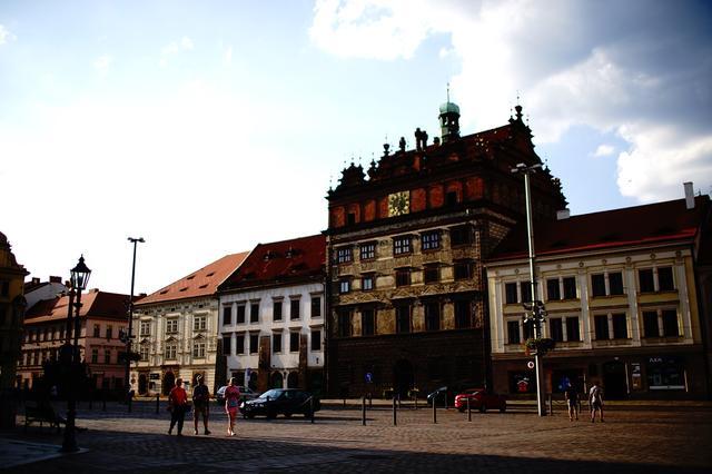 画像: 広場の一角に建つルネッサンス様式の市庁舎(写真中央)。16世紀に建てられた