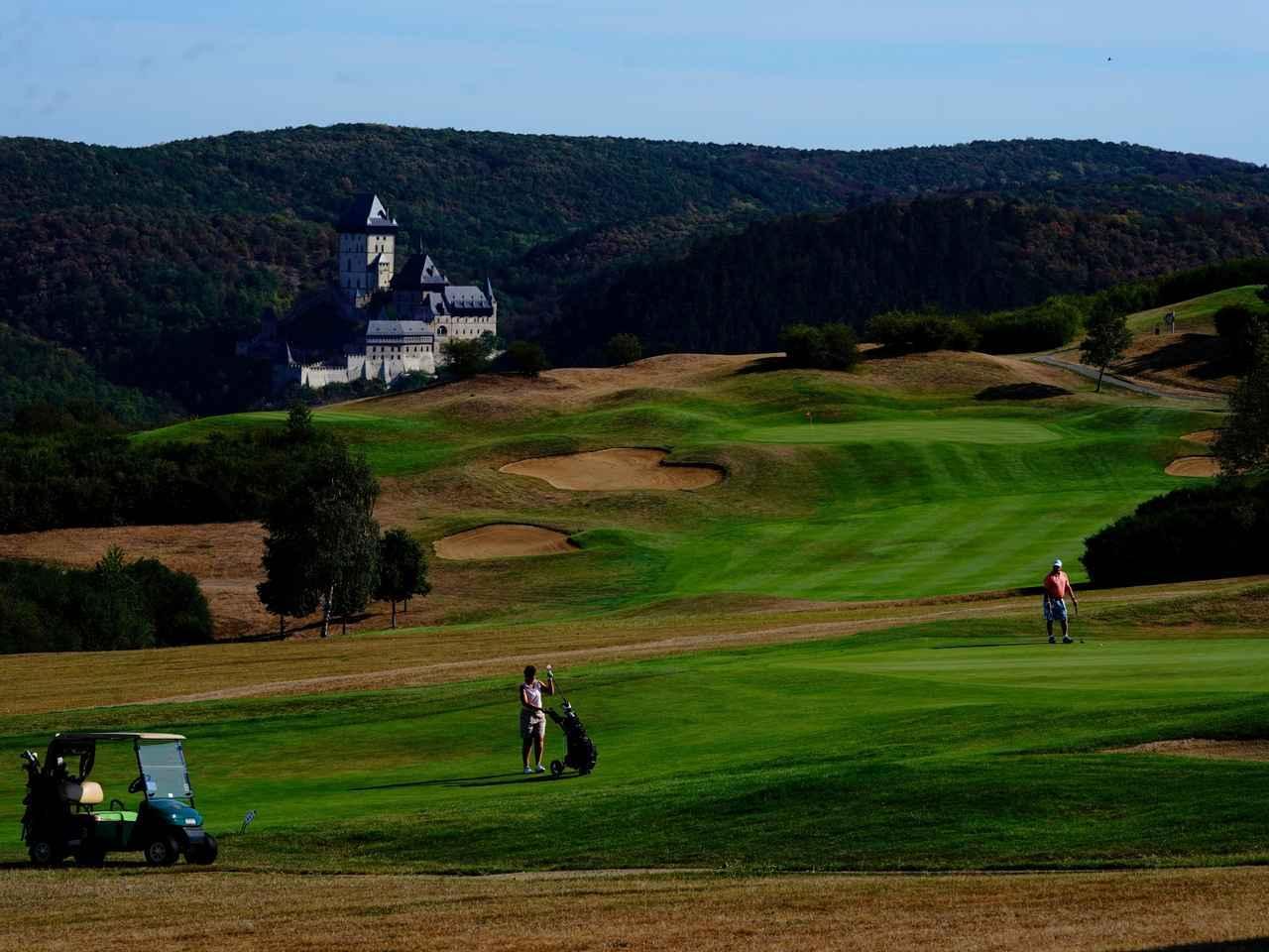 画像: カルルシュテイン城の麓、チェコの名コースのひとつ