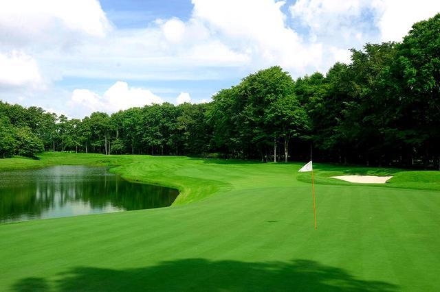 画像: 15番 401Y P4 右サイドはグリーン手前まで大きな池