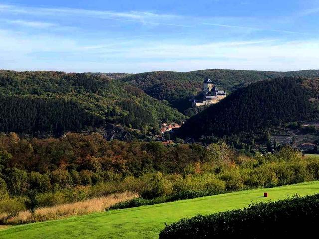 画像: コースから名城「カルルシュテイン城」が眺められる