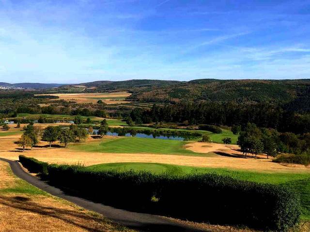 画像: コースは深い森の丘陵地に広がる。かつて欧州ツアーのトーナメントを開催したこともある