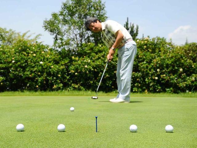 画像: これは距離感と方向性を複合した練習。3メートルの目標に対し、左右に10センチ間隔でボールを止めていく。正しい打ち出しと正確な距離感を養うのに効果的だ