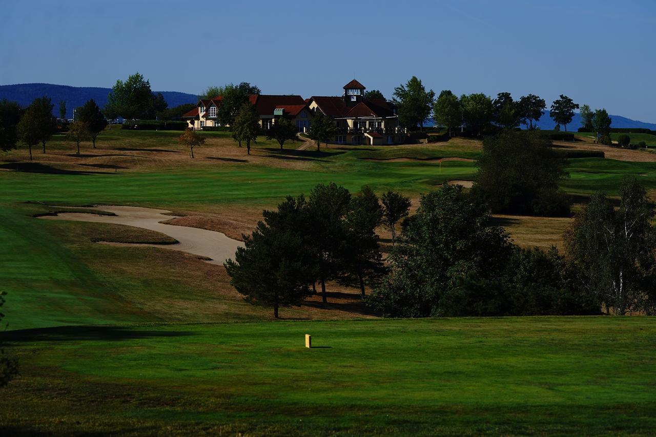 画像: 18番(パー4)は右ドッグレッグ、クラブハウスを臨む風景が美しい