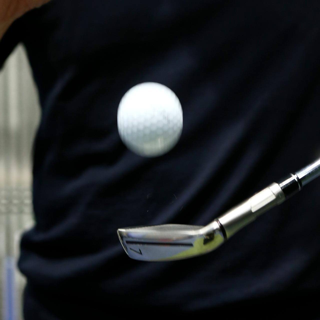画像: 超複合ヘッドなのに打感がソフト。「振動吸収材のおかげか、打感もフィーリングも抜群にいいです」