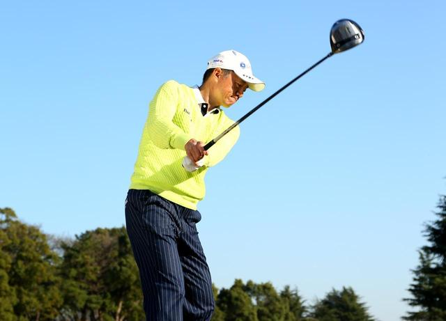 画像: 【スウィングづくり】インパクトでフェースが開く。それ、テークバックで「右わきを締める」からかも知れませんよ - ゴルフへ行こうWEB by ゴルフダイジェスト