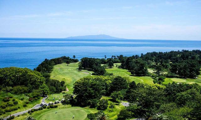 画像: ホテルの展望台から見える大島コースと伊豆大島