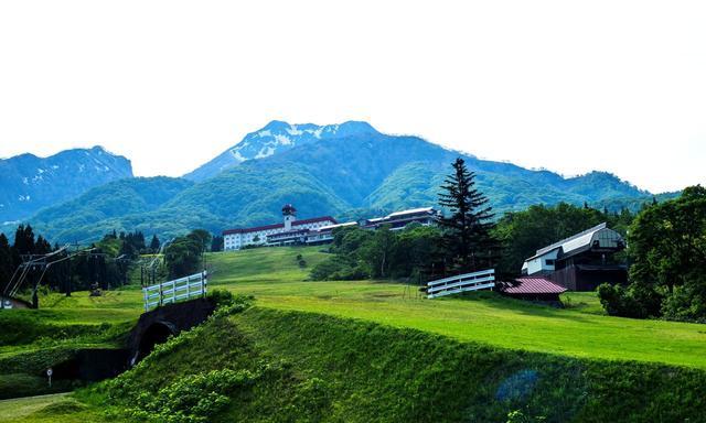 画像: 赤い屋根のホテル外観は昭和12年開場時のまま