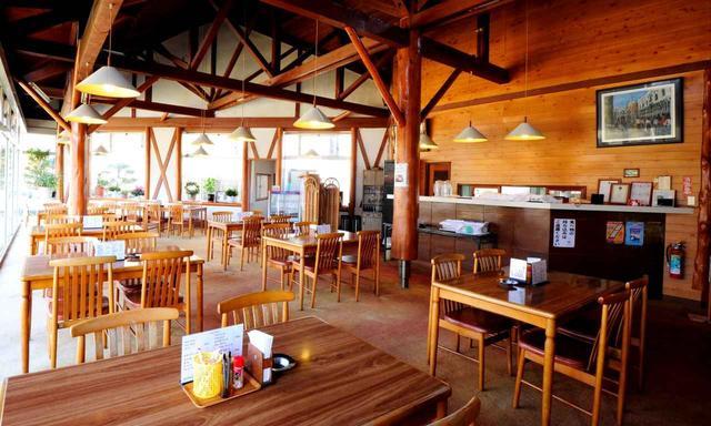 画像: 明るく開放的なクラブハウス
