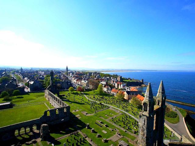 画像: 大聖堂の隣にそびえるセントルールタワーに登れば街を一望できる。海に突き出ているのがオールドコースのある場所だ