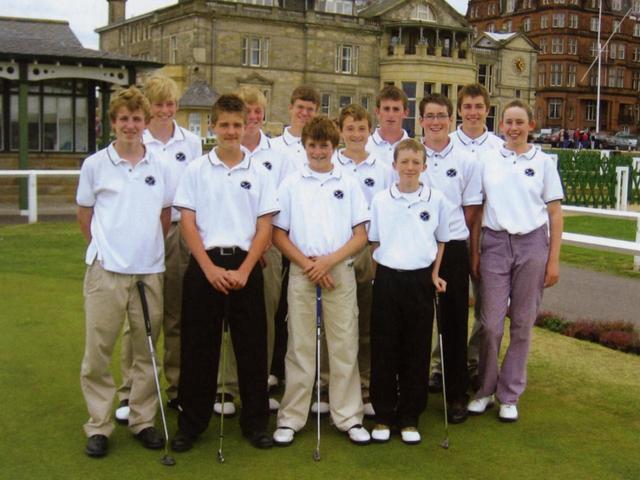 画像: 街に唯一ある子供のゴルフ倶楽部。5~15歳の男子で構成。聖地のゴルファーらしく育つのが目標