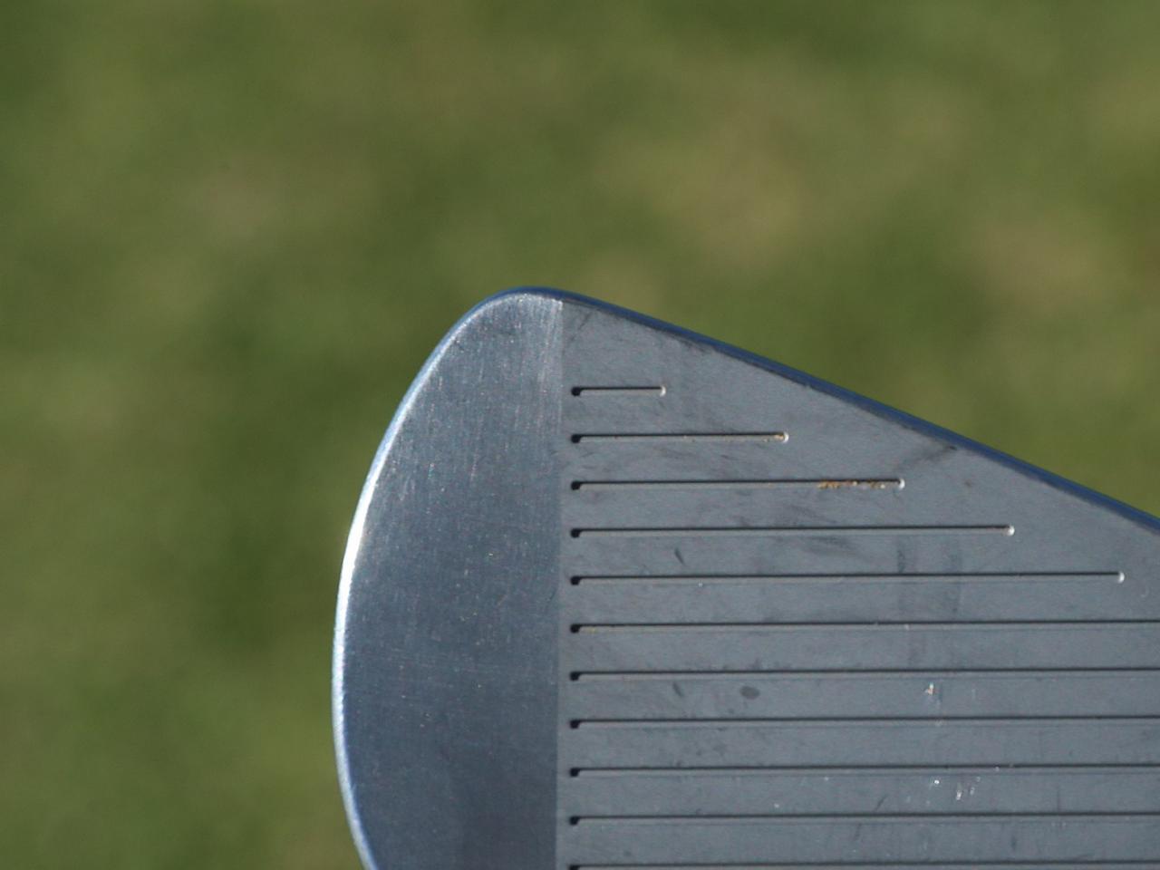 画像: フラットに見えないように、等の頂点とスコアラインの入れ方に配慮。ミリ単位で溝の長さとトウ側のスペースを調整。ローズプロト